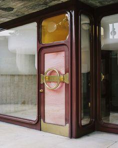 Piso en Torres Blancas Torres Blancas, un proyecto de Sáenz de Oiza de 1969, es el símbolo español del movimiento organicista. Tomó de Le Corbusier la idea de construir viviendas con jardines en altura y de Frank Lloyd Wright sus rascacielos curvos.