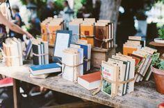 detalles para los invitados: a cada pareja un libro diferente escogido en función de sus gustos y con una dedicatoria personalizada.