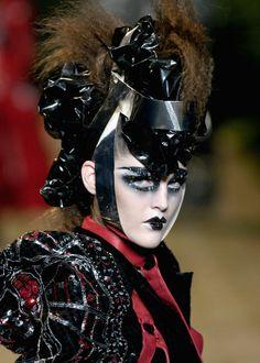 Christian Dior Haute Couture † Fall/Winter 2006/07 † #fashion #couture #hautegoth #goth #gothaesthetics #runway #catwalk #hautecouture #ChristianDior #Fall #Winter #2006 #2007