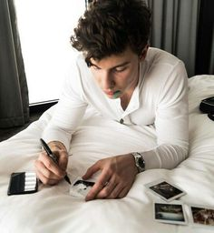 Shawn Mendes This man is perfect Shawn Mendes 3, Shawn Mendes Family, Shawn Mendes Tumblr, Fangirl, Singer Songwriter, Shawn Mendes Wallpaper, Chon Mendes, Mendes Army, Daddy