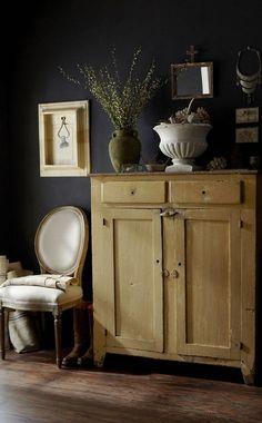 Dark walls and light furniture. A modern twist on vintage flea market style. Flea Market Style, Black Rooms, Style Deco, Antique Cabinets, Antique Cupboard, Dark Walls, White Walls, Interior Inspiration, Interior Ideas
