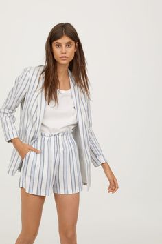 Longer jacket in patterned-weave fabric with linen content. Notched lapels, welt front pockets with flap, and no buttons. Fall Fashion Outfits, Fashion 101, Latest Fashion For Women, Trendy Outfits, Fashion Looks, Work Outfits, Summer Outfits, Fashion Trends, Blazer And Shorts
