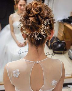 今、インスタでも話題の「小枝アクセサリー」!どんなスタイルにもマッチするので、結婚式のヘアアレンジに使う花嫁さんが急増中なんです。今回は、そんな新しい人気アイテム「小枝アクセサリー」を使ったアレンジをご紹介♪ Wedding Hairstyles, Crown, Hair Styles, Instagram Posts, Fashion, Corona, Moda, La Mode, Wedding Hair Half