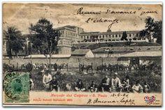 """O Mercado dos Caipiras, retratado em postal editado por Battelli Malusardi e circulado no dia dos namorados de 1904.  Vemos em plano médio, próximo aos animais de carga, o mercado, que foi inaugurado em 1867. Seria remodelado em 1907 e seria chamado de """"Mercado Novo"""", foi demolido entre 1938-39."""