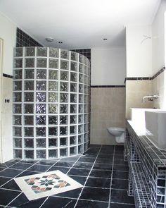 ... Wanden met lambrizering van natuursteen. Badkamer ideeën / Bathroom