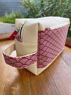 Trousse de toilette Fringante en simili crème et imprimé vagues rouges cousue par Delphine - Patorn Sacôtin