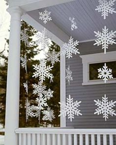 Outdoor Christmas Decorations For A Holiday Spirit Browse holiday and seasonal decoration designs and ideas for your home. Get a new Christmas decor look with these fabulous Outdoor Christmas Decorations for a Holiday Spirit. Christmas Porch, Noel Christmas, Simple Christmas, Winter Christmas, Christmas Crafts, Christmas Ideas, Christmas Snowflakes, Country Christmas, Christmas Displays