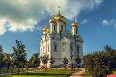 Cathédrale Catherine - Pouchkine - Construite entre 1835 et 1840 par l'architecte Konstantin Ton, détruite en 1939 et reconstruite de 2006 à 2011 par l'architecte Alexei Vyacheslavovich Mikhalycheva à l'identique.