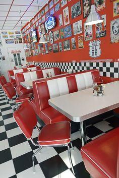 diner Arredamento Stile Americano: Sgabelli, D - 1950 Diner, Vintage Diner, 1950 American Diner, American Cafe, American Restaurant, Casa Retro, Retro Cafe, Diner Aesthetic, Aesthetic Vintage