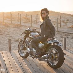 New work from the always-stylish Portuguese boys at a delightful restomod, with sportbike suspension discreetly grafted on. Who'd like to find this parked next to the Christmas tree? 🌲 Hi-res shots and full build story at. Scrambler Icon, Ducati Scrambler, Yamaha, Cafe Racer Style, Cafe Racer Girl, Moto Cafe, Cafe Racer Motorcycle, Girl Motorcycle, Honda Cb