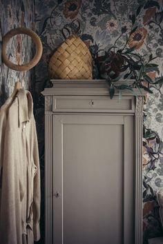 Cabinet parisian ideas makeover for furniture deco Interior Wallpaper, Small Room Bedroom, Furniture Makeover, Master Bedroom Design, Bedroom Design, Vintage House, Home Decor, House Interior, Home Deco
