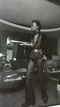 Miles at home 1971 http://chroniquesdejazz.com/
