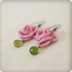 Pretty drop earrings - crocheted rose & bead ♥ http://pinterest.com/dorothy5211/ear-stud/ ✿Teresa Restegui http://www.pinterest.com/teretegui/✿