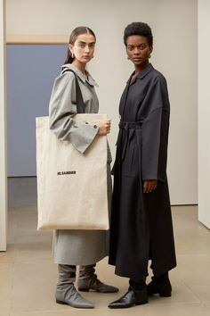 May 2020 - The complete Jil Sander Pre-Fall 2019 fashion show now on Vogue Runway. Jil Sander, Modest Fashion, Trendy Fashion, Womens Fashion, Fashion Trends, Cheap Fashion, White Fashion, Style Fashion, Fashion Dresses