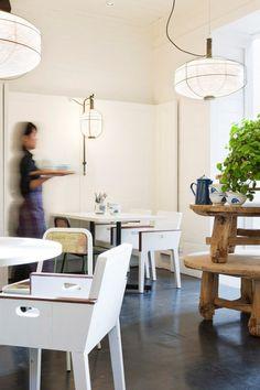 Niks fluweelrode muren, goudkleurige ornamenten en grote draken, maar veel wit, rijstpapieren lampen en een industriële look.Zó kan het dus ook, lieve Chinees restauranthouders.