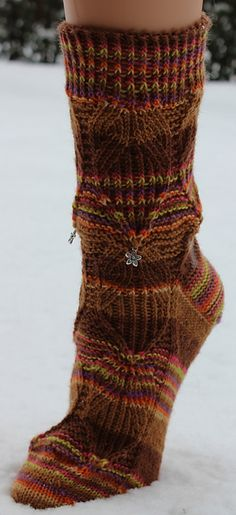 Ravelry: Bunte-Socken pattern by Alwina Dieser in German but worth translating! Knit Mittens, Crochet Slippers, Knitting Socks, Crochet Yarn, Hand Knitting, Knit Socks, Knitting Ideas, Crazy Patterns, Ravelry