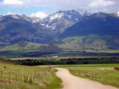 This photograph by Greg Keeler shows Brautigan ranch in the distance against the Absaroka Mountains, in Montana Paradise Valley, along the Yellowstone River. Montana Ranch, Montana Homes, Paradise Valley Montana, Big Sky Country, Country Living, Country Roads, The Ranch, Adventure Is Out There, Wyoming