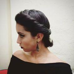 Um maxi torcido preso na nuca: apenas chique. | 14 penteados simples para cabelos curtos que fazem a diferença