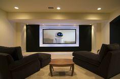 Design épuré et chic en blanc et noir de cette salle home cinéma