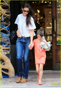 Katie Holmes leaves the ABC Carpet and Home store with her daughter Suri on July 27, 2013