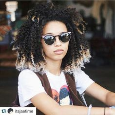 The introduced the Afro hairstyle to the public, and it reached its peak in the In the century, the style is already considered a classic. Pelo Natural, Natural Hair Tips, Natural Hair Inspiration, Natural Curls, Natural Hair Styles, My Hairstyle, Afro Hairstyles, Trendy Hairstyles, Short Hair