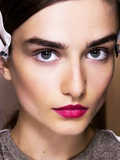 Bold eyebrows and pink lips Bold Eyebrows, Thick Brows, Eyebrows On Fleek, Tweezing Eyebrows, Threading Eyebrows, Microblading Eyebrows, How To Make Eyebrows, Filling In Eyebrows, Beauty Hacks Nails