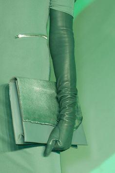 Green clutch at Jean Paul Gaultier Fall 2014 - Best Runway Bags Paris Fashion Week Bags / PFW Fashion Moda, Look Fashion, Fashion Details, Autumn Fashion, Classy Fashion, Party Fashion, Fashion Check, Gloves Fashion, Fashion Shoes