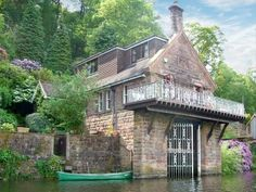 A beautiful converted Victorian boathouse, ideally located on the edge of Rudyard Lake in the Staffordshire Moorlands. Stunning original features and contemporary furnishings make this an ideal Staffordshire holiday cottage for a get-together with family and friends.
