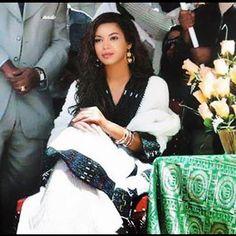 Beyonce in traditional Ethiopian dress Ethiopian Traditional Dress, Traditional Fashion, Traditional Dresses, Ethiopian Beauty, Ethiopian Dress, Ethiopian Wedding, Africa Fashion, Women's Fashion, Celebrity Look