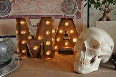 Einfaches tutorial für wunderschöne Marquee lights - Leuchtbuchstaben mit kupfernen Metalleffekt. Einfach, schnell und günstig aus Pappe hergestellt. Super Geschenkidee!