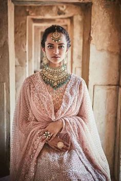 Every bride needs jewellery that she can look resplendent on D-Day. Here's how to choose what's in the bridal jewellery box Bridal Jewellery Boxes, Bridal Jewelry, Jewellery Shops, Pakistani Bridal Wear, Indian Bridal, Bridal Lehenga Collection, Indian Jewelry Sets, Bridal Photoshoot, Indian Attire