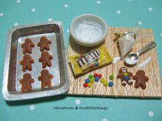 Miniature Gingerbread Men Prep Board by ilovelittlethings on DeviantArt Miniature Kitchen, Miniature Food, Miniature Dolls, Miniature Christmas, Play Food Set, Pretend Food, Gingerbread Man Decorations, Gingerbread Men, Gingerbread Cookies