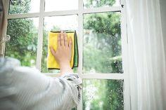 窓ガラス掃除始めたらきりがないですよね。だからなかなか掃除する機会がなくなっちゃう。でも実は二度拭きしなくていいんです!窓ガラスのお掃除裏ワザご紹介しちゃいます!これでお掃除簡単♪