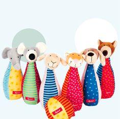 Schaf, Löwe, Bär, Hund, Elefant, und Maus sind sind 6 kuschlig weiche Freunde. Alle haben eine integrierte Rassel. Grosser Spass also für die Kleinen –– und wenn die Kinder dann etwas grösser sind können sie ihre Kuschel–Freunde wie Kegel aufstellen und mit dem Stoffball umwerfen. Ein ganz tolles Grüppchen das viel Freude bereitet. Das Produkt ist von Sigikid und nennt sich «Baby Bowling» –– zu finden in unserem Webshop oder im Laden. Bowling, Kegel, Cuddle, Funny, Games For Toddlers, Lineup, Baby & Toddler, Sheep, Glee
