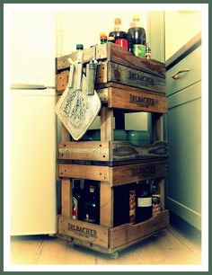 Huraaaa, er ist fertig, mein Küchenwagen aus alten Bierkisten! Die Kisten wurden geschliffen, gereinigt, einige Bretter abgesägt und umgeschraubt ! Rollen drauf und fertig ist er ! Die einzelnen Kisten lassen sich abnehmen und ich hab einiges an Stauraum gewonnen ! Evtl. Streich ich ihn noch an ! Wie gefällt er Euch ?