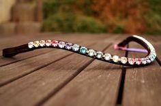 Schmaler Stirnriemen mit Regenbogen-Farbverlauf. Fröhlich schick und passt zu vielen Schabracken