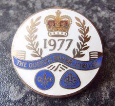 VINTAGE 1977 BOY SCOUTS & GIRL GUIDES QUEEN ELIZABETH SILVER JUBILEE BADGE Boy Scouts, Girl Guides, Queen Elizabeth, Porsche Logo, Badges, Childhood, Personalized Items, Boys, Silver
