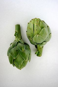 Love to make artichokes 2 ways right now- boil artichokes til tender and serve with aioli Steam artichoke halves in chicken broth and once tender, remove the halves and make a lemon / chicken broth dipping sauce. So incredibly delicious! Fruit And Veg, Fruits And Veggies, Food Styling, Verde Greenery, Pantone Greenery, Color Of The Year 2017, Greens Recipe, Food Illustrations, Pantone Color