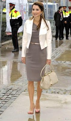 MUJERES CON ESTILO UNICO: RANIA de JORDANIA - LA MAS BELLA DEL REINO - Office Fashion, Work Fashion, Modest Fashion, Fashion Outfits, Womens Fashion, Glamour Fashion, Royal Fashion, Timeless Fashion, Estilo Real