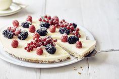 Een overheerlijke cheesecake met havermoutbodem en rood fruit, die maak je met dit recept. Smakelijk!