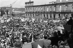 """In  den 1950er Jahren waren die Themen Flucht und Vertreibung in aller Munde. Am 5. August 1950 demonstrierten rund 70.000 Heimatvertriebene vor dem Neuen Schloss gegen die Abkommen von Jalta und Potsdam. Gleichzeitig verabschiedeten sie an diesem Tag die """"Charta der Heimatvertriebenen"""", in der sie den Verzicht auf Rache und Vergeltung festschrieben. Foto: dpa"""