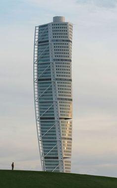 Er man i Malmö, så er arkitekten Santiago Calatravas spektakulære skyskraber i Västra Hamnen et must.