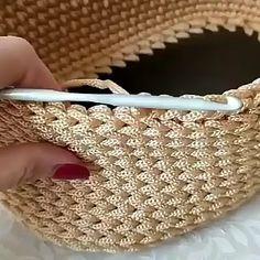 Pontos de croche profissional passo a passo com graficos para imprimir Professional crochet stitches step by step with graphics to Crochet Diy, Crochet Motifs, Crochet Stitches Patterns, Crochet Designs, Crochet Crafts, Crochet Projects, Purse Patterns, Crochet Beach Bags, Crochet Bag Tutorials