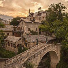 Bu köprü, Kriva Cuprija Köprüsü, Neretva nehri'nin diğer kolu Radobolja Deresiüzerine,  Civan Kethüdaadında bir mimar tarafından inşa edilmiş. Her ne kadar meşhur Mostar köprüsünün gölgesinde kalsa da inşa tarihi 1558, yani Mostar'dan daha eski bir köprü ve Mostar yapılırken buradan ilham alınmış, kendisi küçük ama manzarası ve etrafının güzelliği en az Mostar kadar etkileyici.. Buralara yolunuz düşerse muhakkak bu ufaklığı görmeden gitmeyin derim....#bosnaihercegovina #bosnahersek #mostar…