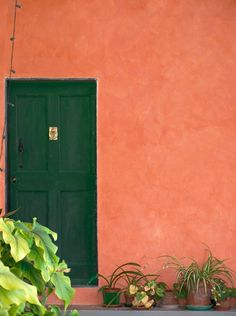 Tür in roter Wand in Prelá Castello, Valprino, Imperia, Ligurien Italia | Italien | Italie | Italy