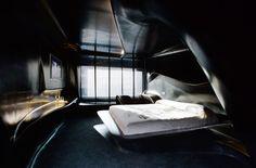 Habitación de la primera planta del hotel Silken Puerta América de Madrid diseñada por la arquitecta. Obras de Zaha Hadid