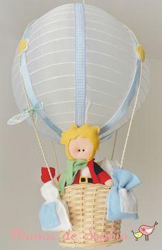 Luminária em forma de balão confeccionada a mão, podendo ser personalizada nas cores que desejar (temos bases nas cores: amarela, azul, rosa, branca, verde e lilás). Dá um toque charmoso e aconchegante para quartinhos de bebês e crianças. Diâmetro: 30cm Inclui luminária decorada e turma do ...