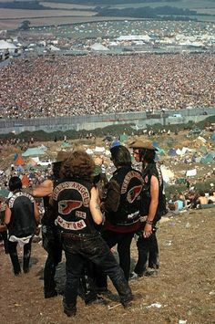 The Hell's Angels at Woodstock. Bethel, New York 1969 - sorry to say but there was not much peace with Hell's Angels around - fly in the oitment Woodstock Hippies, Woodstock Music, Woodstock Festival, 1969 Woodstock, Woodstock Photos, Rock And Roll, Harley Davidson, Historia Do Rock, Estilo Hippie