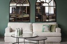 סלון מעוצב בסגנון מודרני ייחודי בגוונים בהירים ושולחן מודולרי