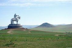 A grande e imponente estátua de Genghis Khan é um monumento de 40 metros de altura que mostra Gengis Khan a cavalo, na margem do rio Tuul em Tsonjin Boldog, na Mongólia. Segundo a lenda, este é o local onde Gengis Khan encontrou um chicote dourado. São 250 toneladas de aço inoxidável e simbolicamente aponta …